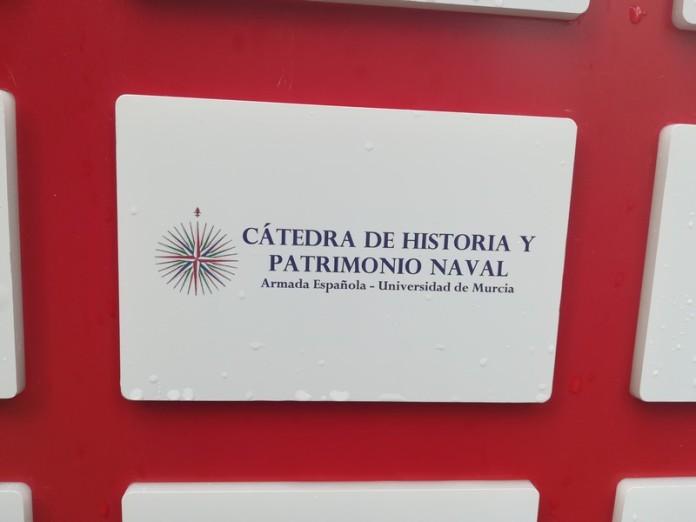 """Logo de la Cátedra en el monolito del """"Espacio Cátedras"""""""
